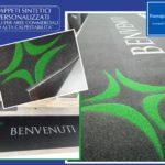 Tappeto personalizzato in fibra sintetica e gomma naturale. Ideale per ambienti ad alta calpestabilità.