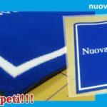 Tappeto personalizzato in fibra sintetica e gomma naturale.
